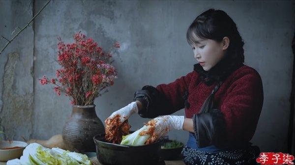 リー・ズーチー(李子柒)がキムチっぽい漬物を作る3