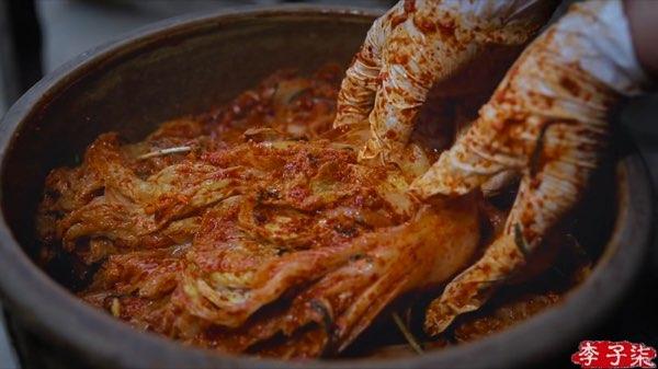 リー・ズーチー(李子柒)がキムチっぽい漬物を作る6
