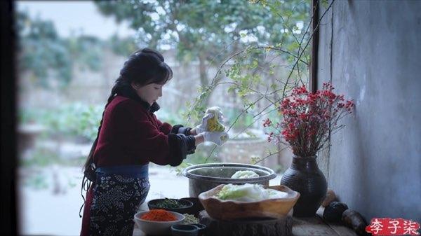 リー・ズーチー(李子柒)がキムチっぽい漬物を作る2