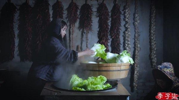 リー・ズーチー(李子柒)がキムチっぽい漬物を作る1
