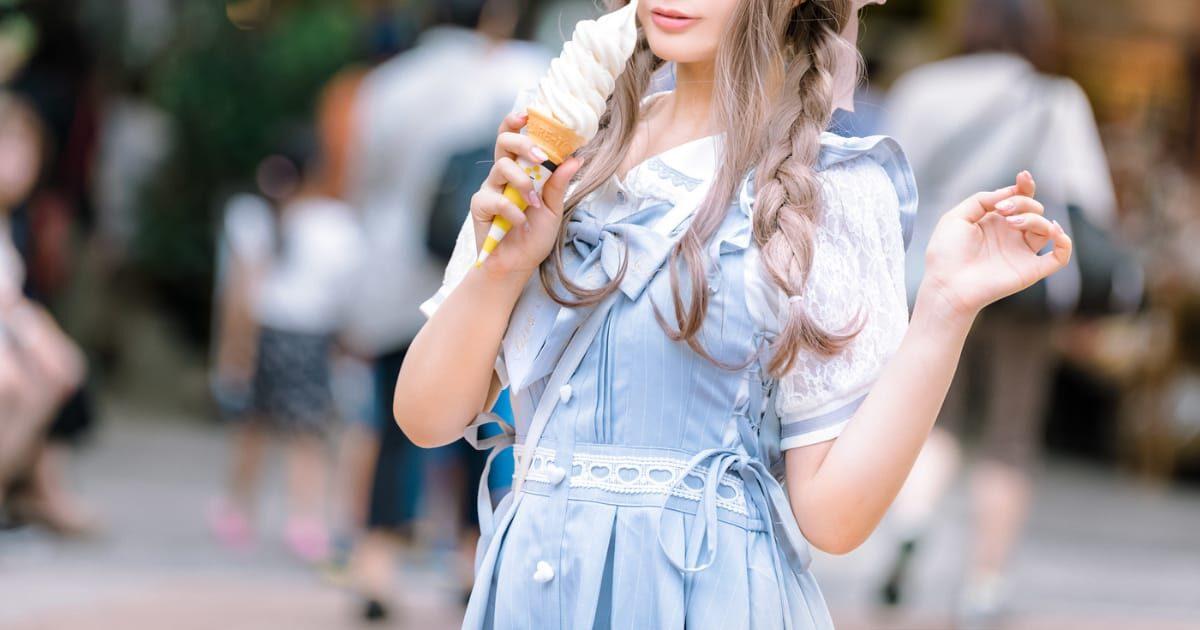 ソフトクリームを食べる美少女