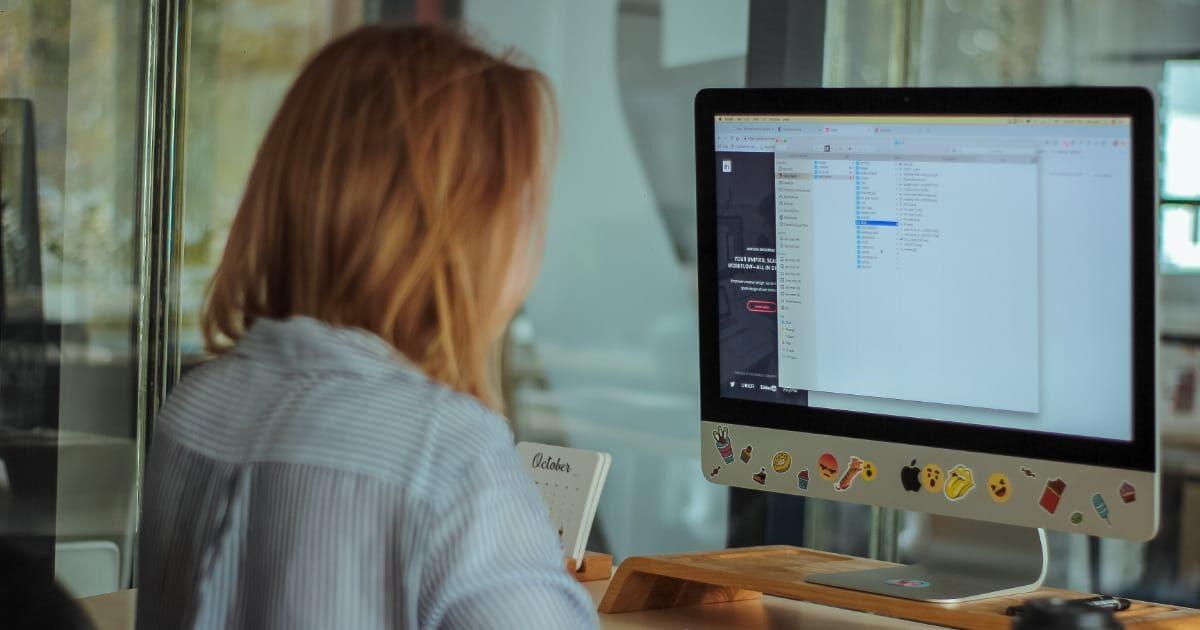iMacで作業する女性