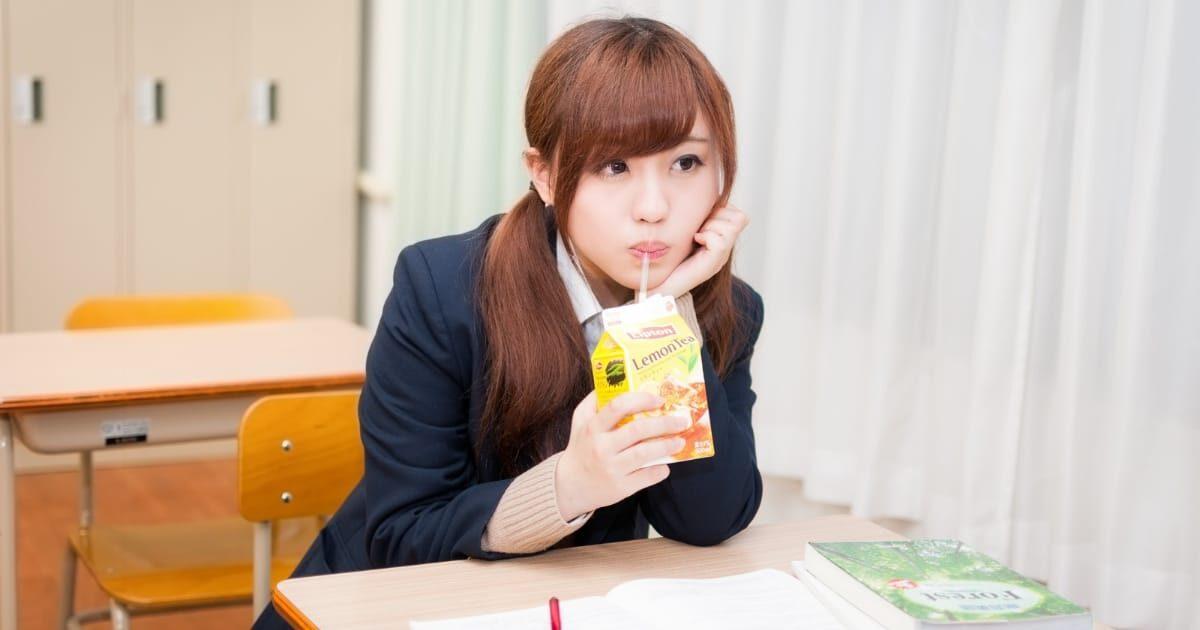授業中に紙パックジュースを飲む美少女女子高生