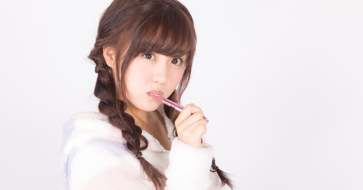 歯を磨く美少女