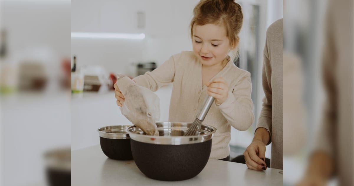 料理をする可愛い外国の女の子