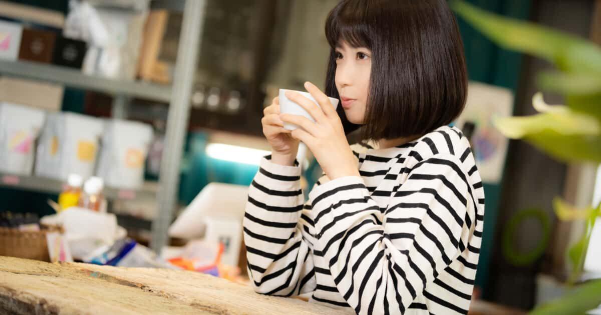 カフェ(喫茶店)でコーヒーを飲む美少女