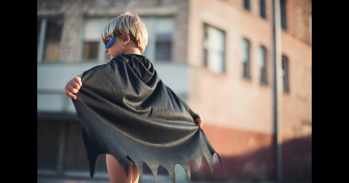 マントのヒーローの外国人の子供