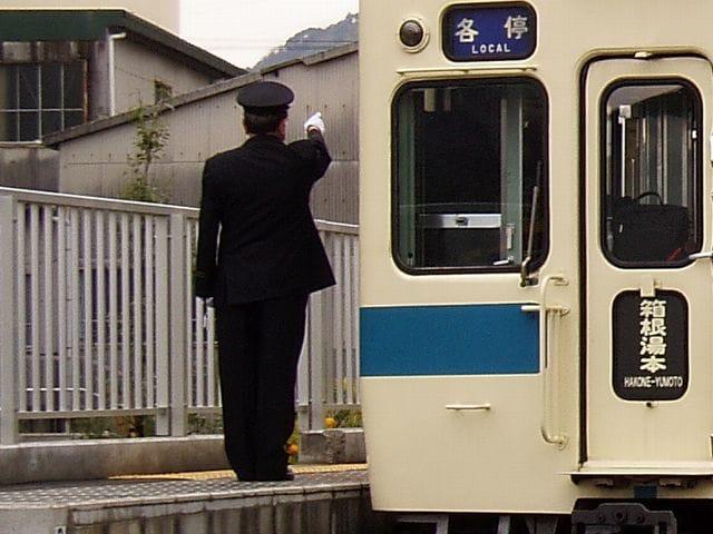 行先表示や種別表示を指差喚呼する列車の車掌(小田急電鉄)