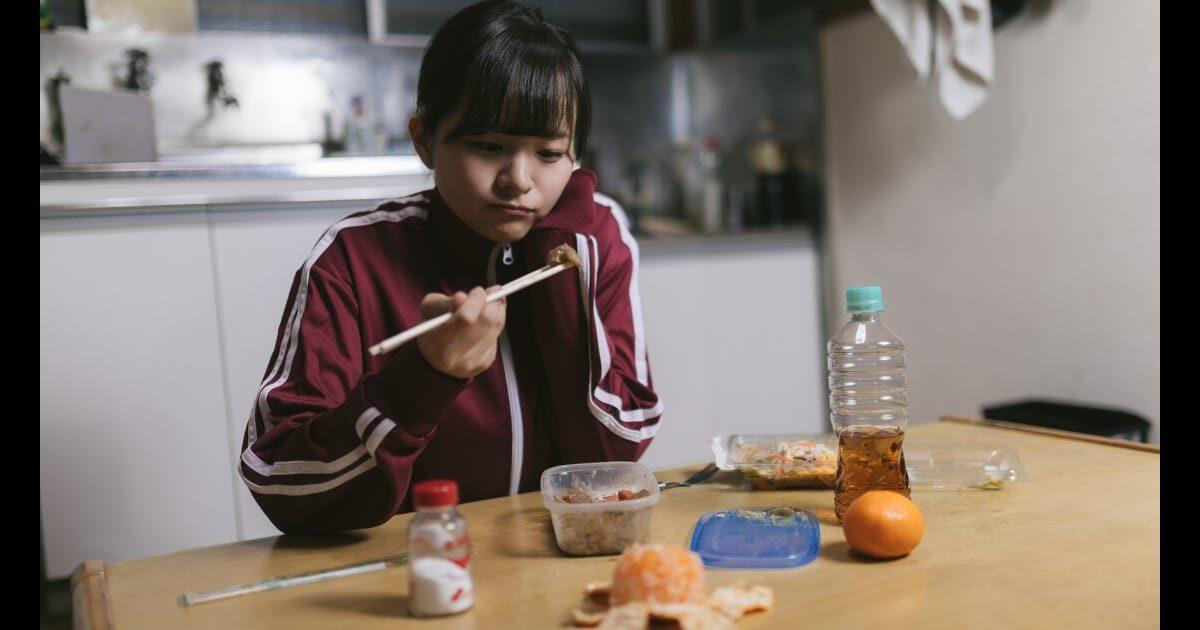 タッパーの余り物を食べるジャージ美少女