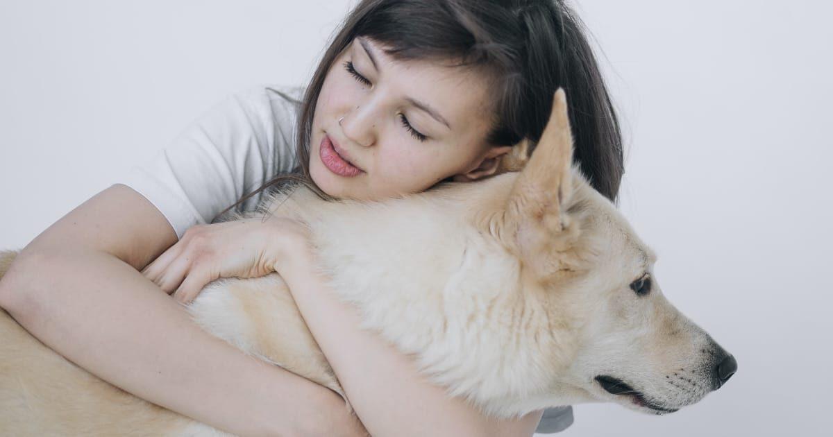 犬を抱きしめる外国人美女