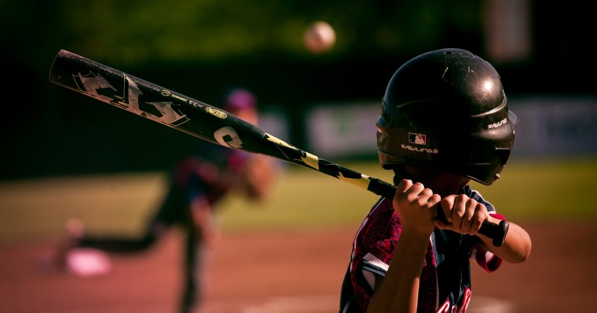 野球、バットを構える少年