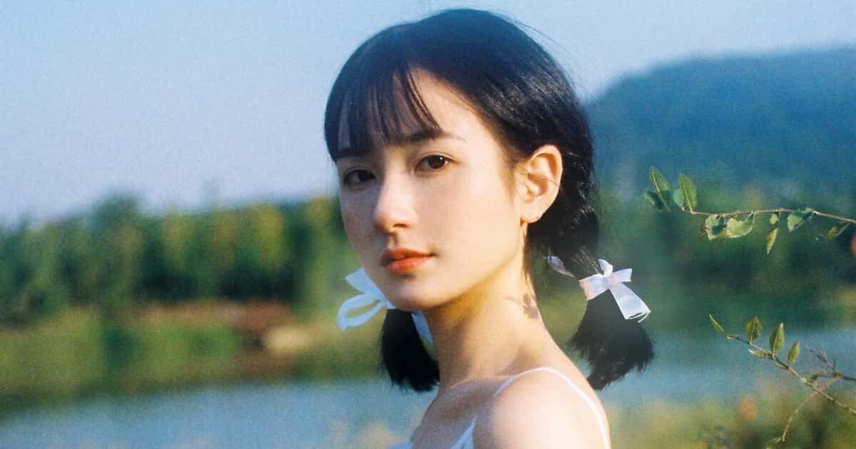 白いドレスを着た美少女