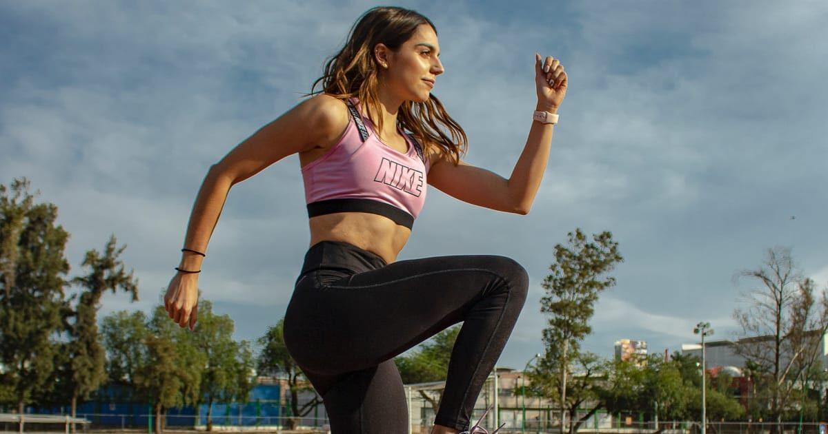 走るフォームをする外国人女性