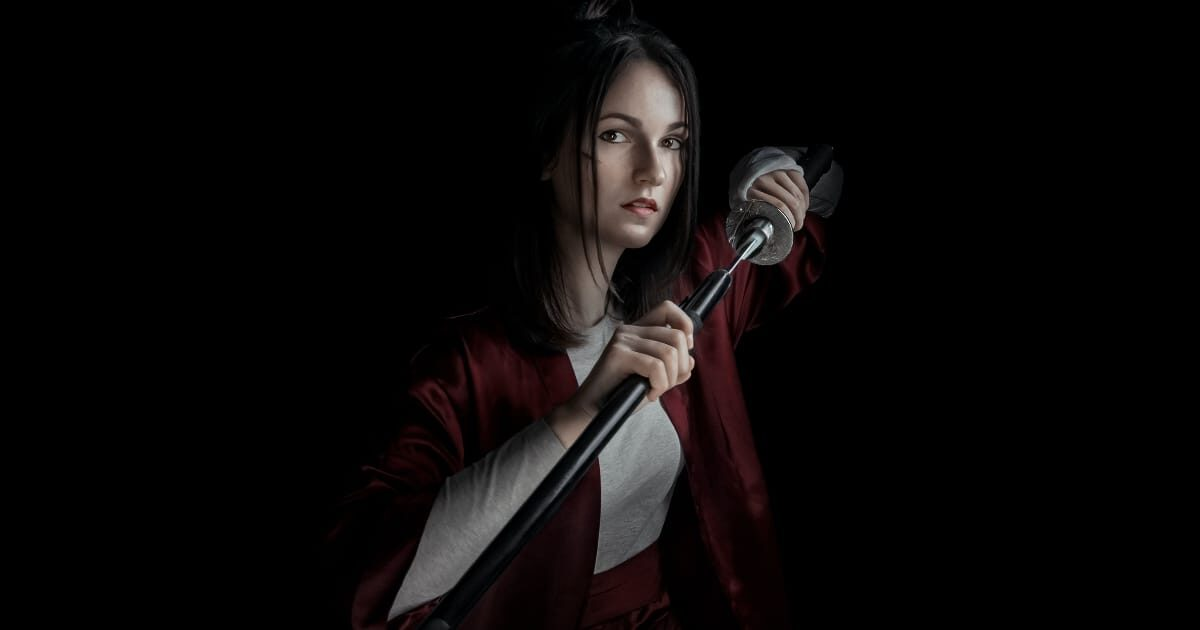 日本刀を持つ外国人美女