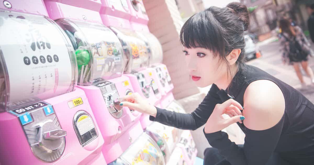 ガシャポンのダイヤルを回す台湾美女