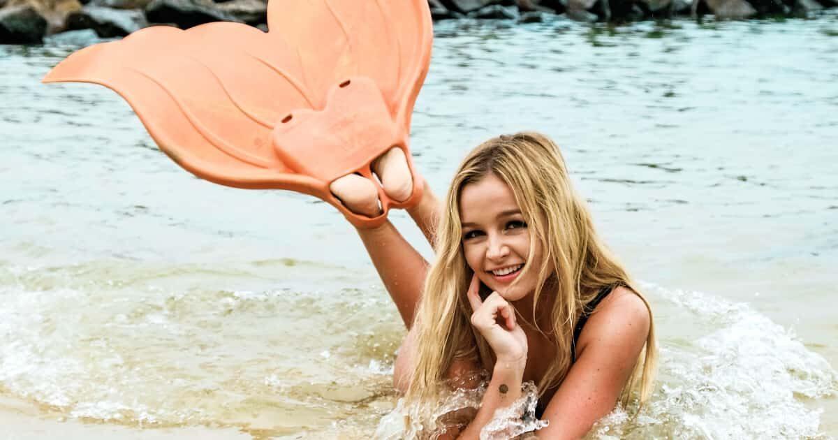 海でフィンをつけた外国人美女