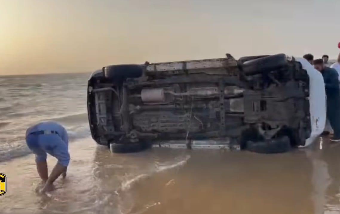 フォーチュナーで砂浜を爆走して横転2