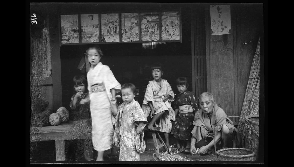 アメリカ人写真家によって撮影された約120年前の人々の暮らし