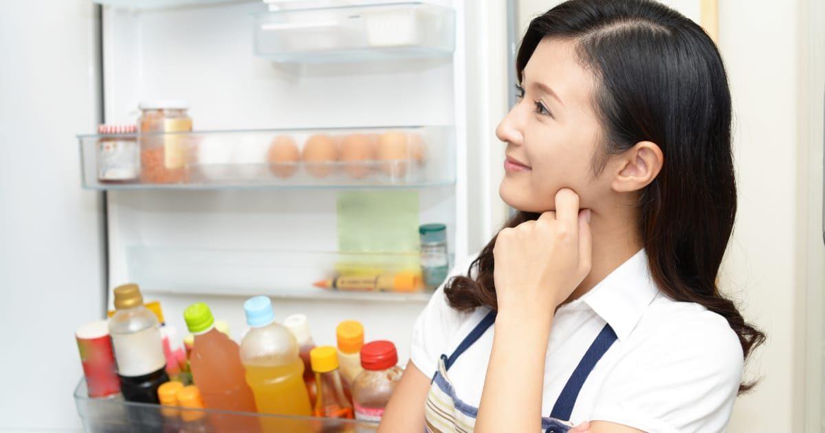 冷蔵庫の前で考える美人奥さん